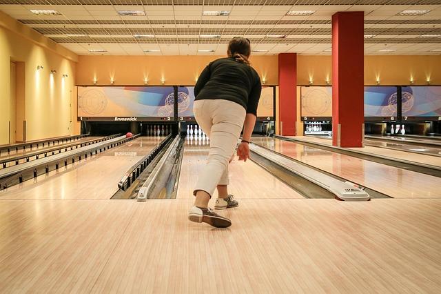 žena na bowlingu