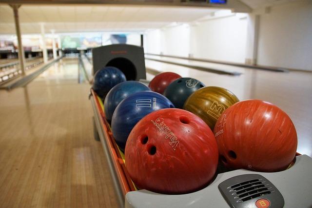 bowlingové koule u dráhy