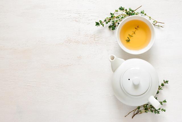 zelený čaj v konvičce