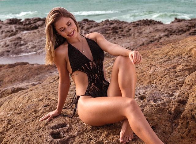 štíhlá žena na pláži